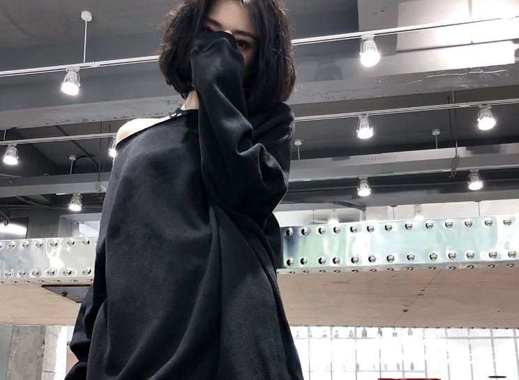 韓国 ファッション トップス スウェット トレーナー 秋 冬 カジュアル PTXC264  カットオフ チョーカー風 肌見せ ワンショルダー チュニック ロック オルチャン シンプル 定番 セレカジの写真8枚目